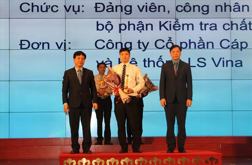 LĐLĐ TP.Hải Phòng biểu dương đảng viên là CNLĐ tiêu biểu. Ảnh Mai Dung