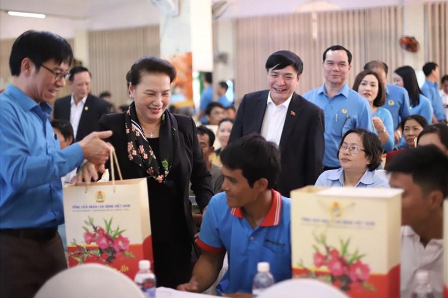 Chủ tịch Quốc hội Nguyễn Thị Kim Ngân trào qua Tết cho người lao động nghèo Đắk Lắk. Ảnh: HL