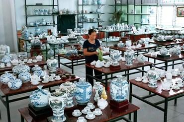 Cửa hàng trưng bày sản phẩm gốm Bồ Bát của anh Phạm Văn Vang. Ảnh: NT