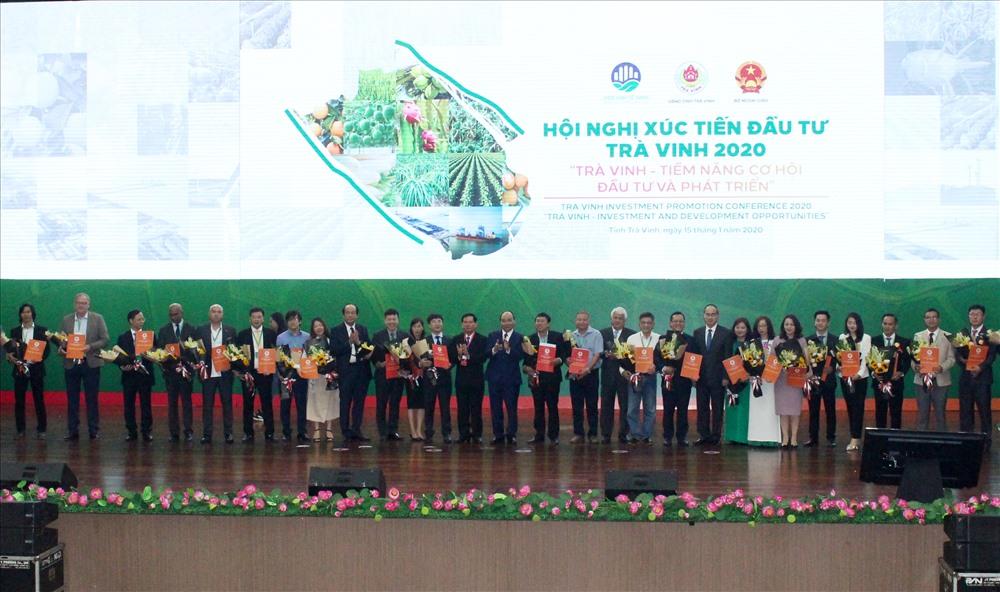Thủ tướng chụp ảnh lưu niệm cùng các nhà đầu tư tại lễ trao biên bản ghi nhớ cho 17 dự án đầu tư ở Trà Vinh