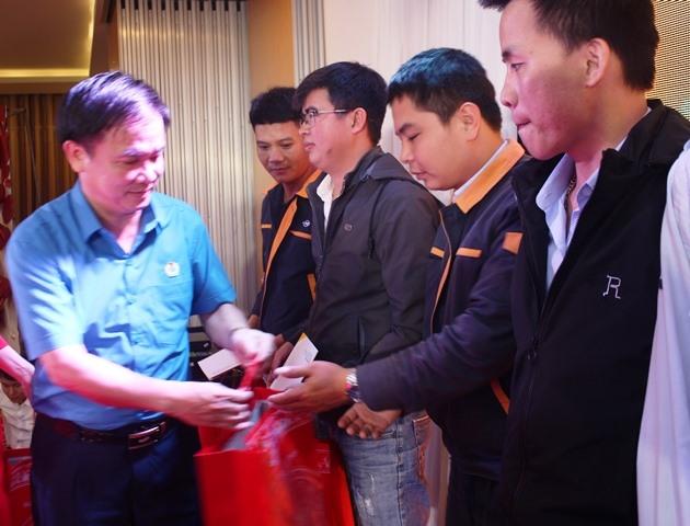 Đồng chí Ngô Đình Vân - Phó Chủ tịch Thường trực LĐLĐ tỉnh Hà Tĩnh trao quà