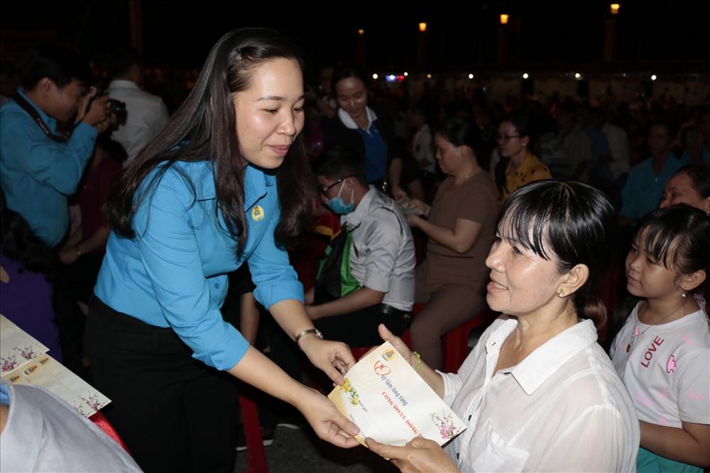 Chủ tịch LĐLĐ TP. Cao Lãnh Huỳnh Thị Thu Thủy tặng quà cho đoàn viên. Ảnh: LN