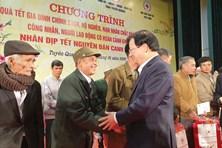 Phó Thủ tướng Trịnh Đình Dũng trao quà tới người có hoàn cảnh khó khăn