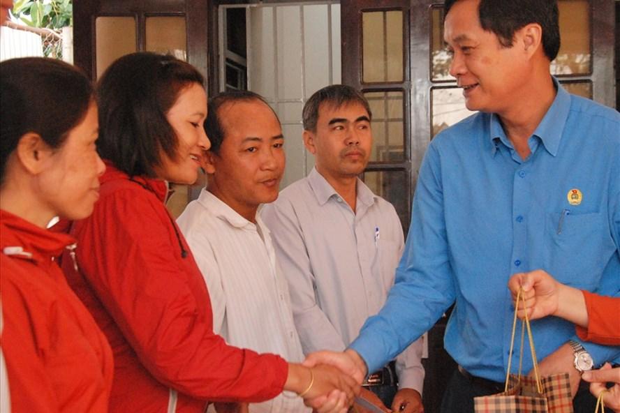 Lãnh đạo LĐLĐ tỉnh Quảng Trị trao quà cho người lao động tại chương trình Tết Sum vầy 2020. Ảnh: Hưng Thơ.