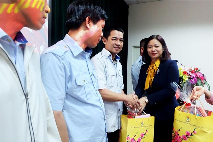 Đồng chí Nguyễn Thị Tuyến – Uỷ viên thường vụ, Trưởng ban Dân vận Thành ủy Hà Nội chia sẻ những khó khăn, vất vả với người lao động Xí nghiệp xe buýt Hà Nội.