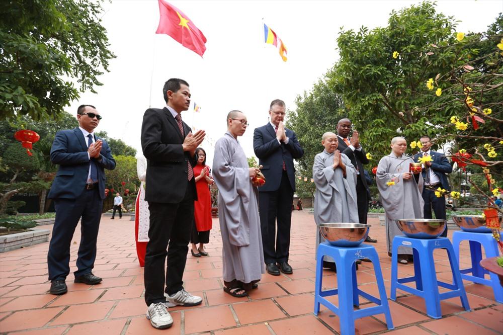 Đón Tết Nguyên đán ở Việt Nam trong 2 năm trước, ông đã học cách gói bánh chưng, thăm vườn đào bên bãi sông Hồng. Ảnh: Hải Nguyễn.