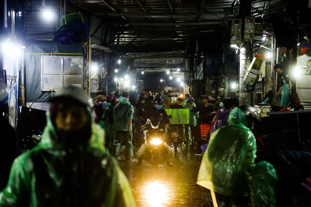 Chợ cá làng Sở Thượng (phường Yên Sở, quận Hoàng Mai, Hà Nội) được coi là chợ cá lớn nhất của thủ đô.
