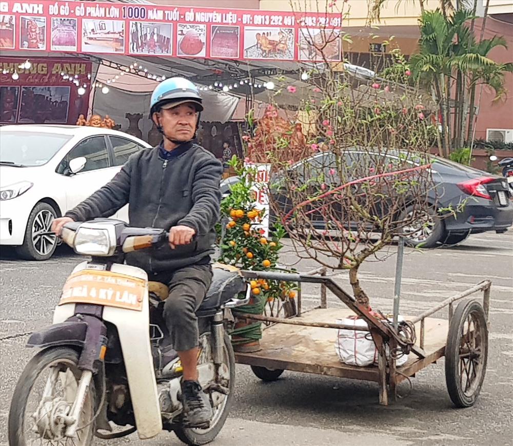 Xe máy, xe kéo và xích lô là những phương tiện phù hợp nhất đối với dịch vụ vận chuyển đào, quất thuê. Ảnh: NT