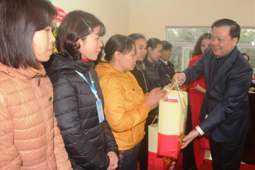 Bộ trưởng Đinh Tiến Dũng thăm, tặng quà công nhân tại Ninh Bình