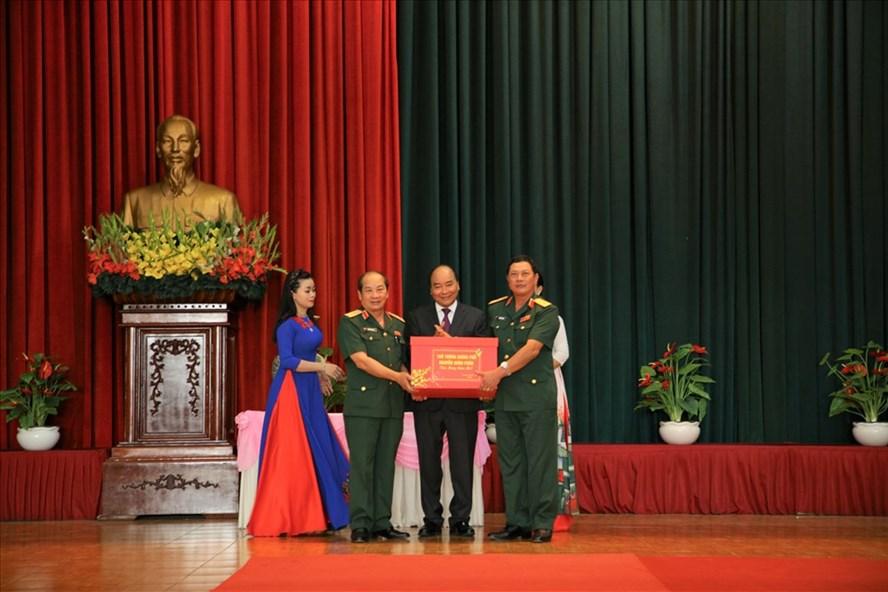 Thủ tướng Nguyễn Xuân Phúc chúc Tết Trường Sĩ quan Lục quân 2_Ảnh: CTV