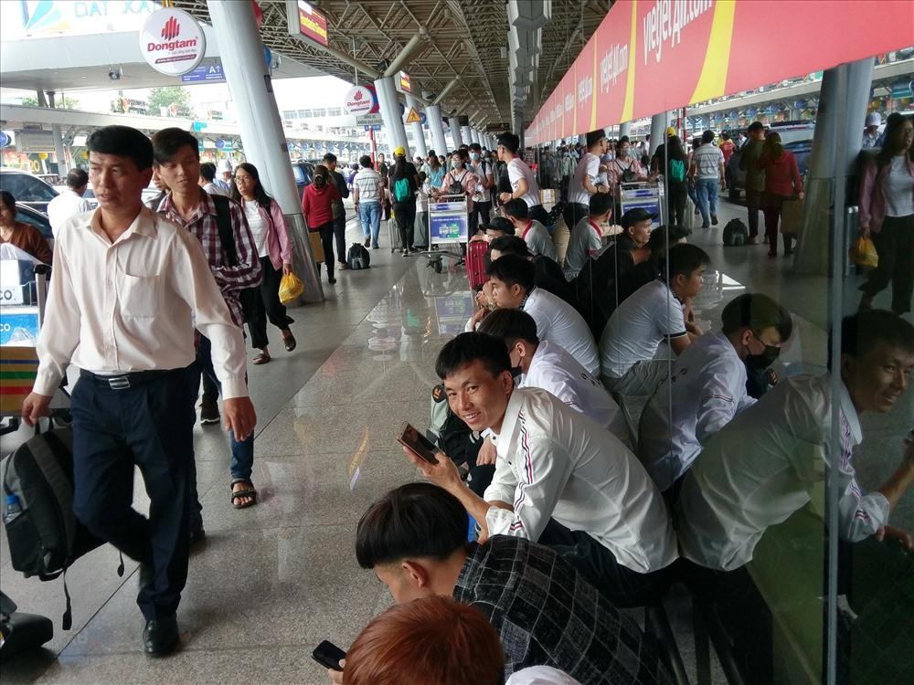 Do ga quốc nội sân bay Tân Sơn Nhất quá tải, nơi vốn là lối đi lại cũng thành nơi nghỉ ngơi của hành khách.