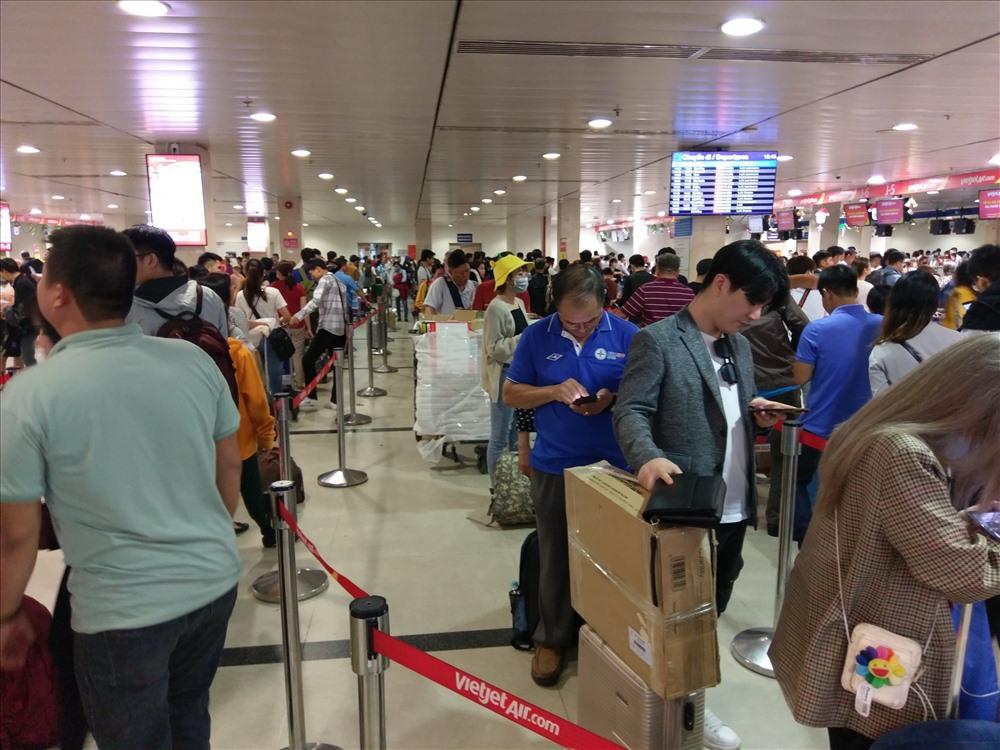 Chiều ngày 19.1 (25 tháng Chạp), nhiều khu vực ga quốc nội sân bay Tân Sơn Nhất luôn trong tình trạng đông nghịt người xếp hàng chờ check in của các hãng hàng không.