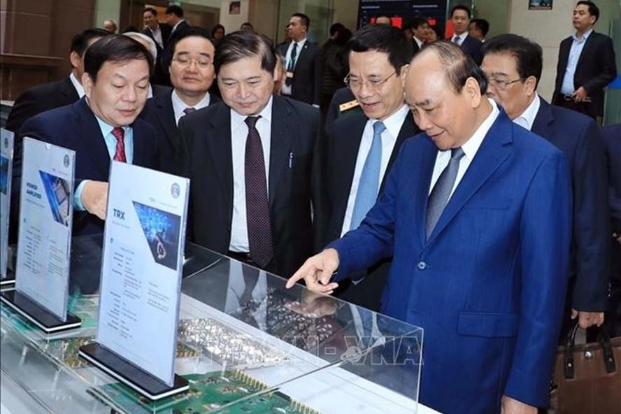 Thủ tướng Nguyễn Xuân Phúc thăm gian trưng bày kinh tế số tại Hội nghị tổng kết công tác Bộ TTTT năm 2019. Ảnh: N.THẮNG