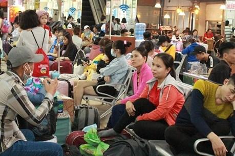 Hàng nghìn người vạ vật ở bến xe Miền Đông chờ về quê Tết
