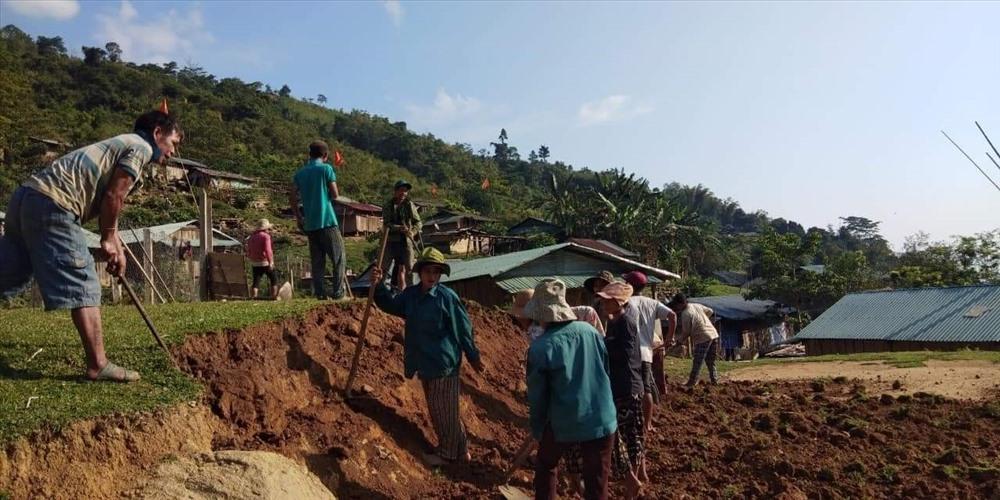 Người dân địa phương và các phụ huynh cùng tham gia xây trường mới. Ảnh: Phạm Đình Quý