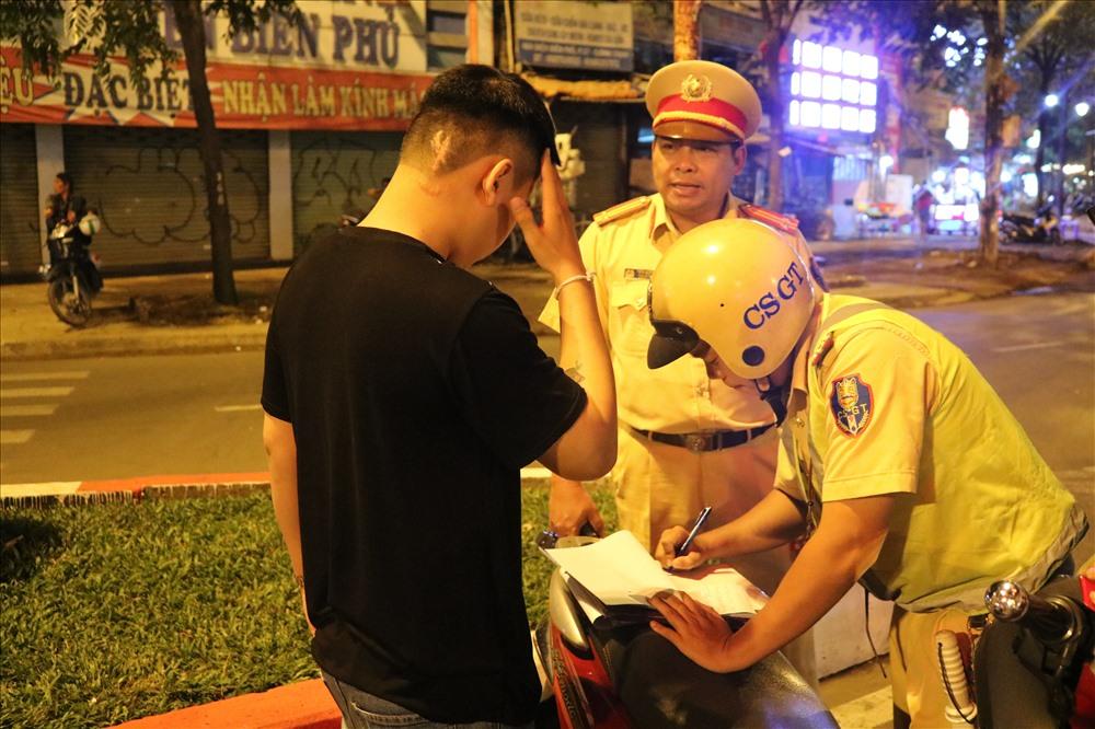 """Chỉ uống vui vẻ với bạn bè vài lon bia, nhưng giờ anh Sang phải """"thanh toán"""" 7 triệu tiền phạt. Ảnh: PV"""