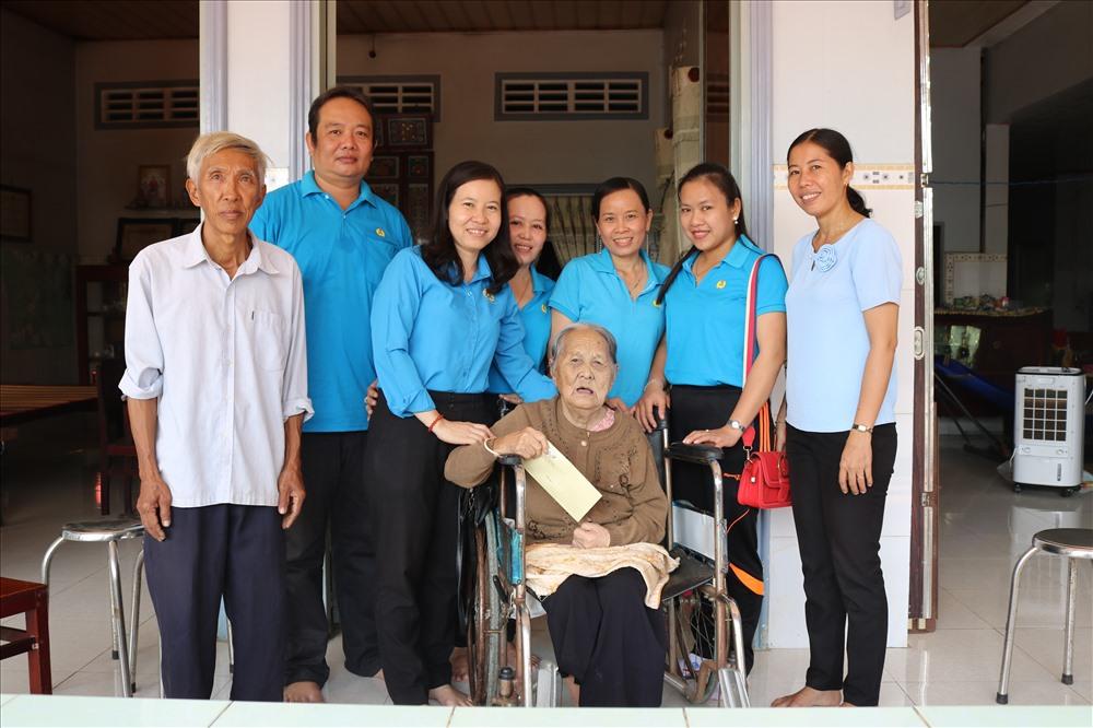 Đồng chí Phạm Thị Xuân Mai - CT LĐLĐ huyện Cao Lãnh thăm hỏi, chúc tết Mẹ VNAH.  Ảnh: LN
