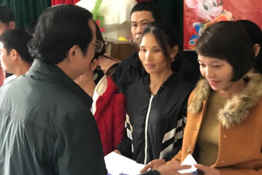 Ông Phú Văn Lĩnh- Chủ tịch Công đoàn ngành Nông nghiệp và Phát triển Nông thôn tỉnh Nghệ An trao quà Quỹ Tấm lòng Vàng cho công nhân. Ảnh: Phúc Đông