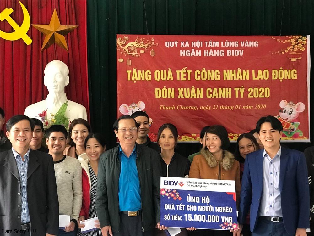 Đại diện Quỹ Tấm lòng Vàng trao 30 suất quà do BIDV tài trợ cho 30 công nhân ngành chè Nghệ An. Ảnh: Phúc Đông