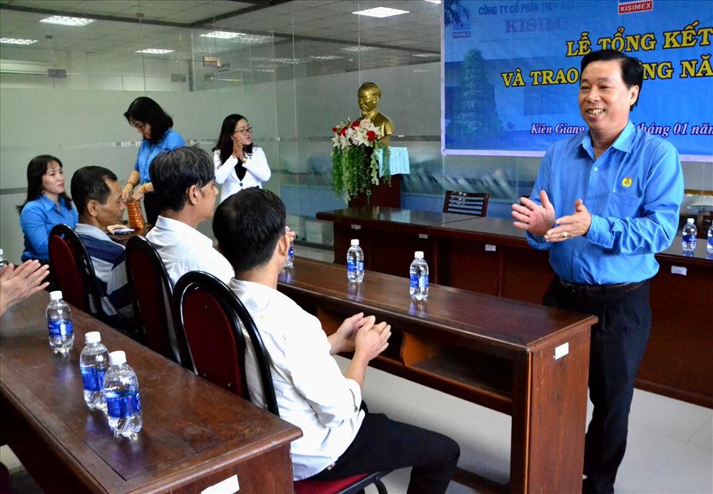 Chủ tịch LĐLĐ Kiên Giang Trần Thanh Việt thăm hỏi đoàn viên, CNLĐ. Ảnh: LT