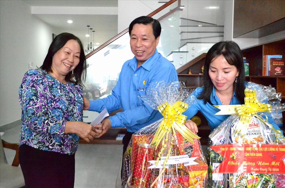 Bà Trần Thị Ái Nhân bày tỏ niềm vui khi được đoàn công tác LĐLĐ tỉnh đến thăm hỏi, chúc Tết. Ảnh: LT