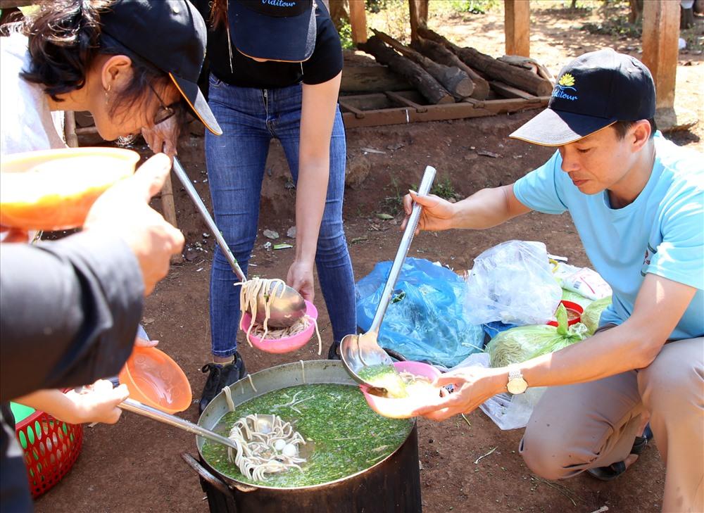 Cháo bột cá vừa chín, thầy giáo Lý Chí Thành và các thành viên trong nhóm múc ra tô, đợi nguội sẽ dọn ra cho mọi người cùng ăn.