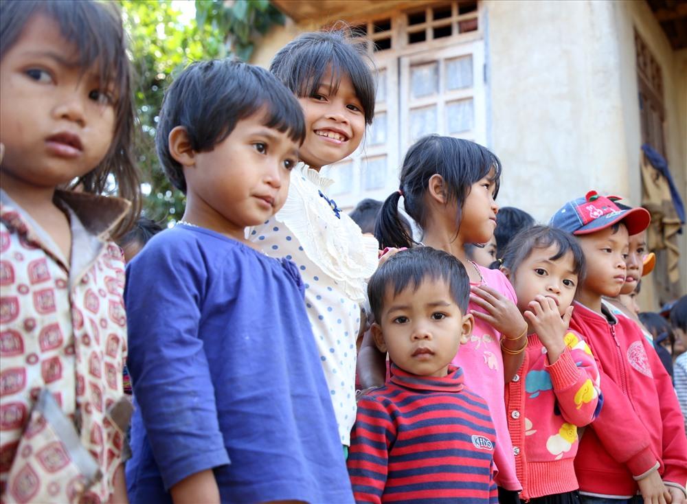 """Được thông báo nhóm thiện nguyện Khe Sanh do thầy giáo Lý Chí Thành - giáo viên Trường THPT Hướng Hóa làm trưởng nhóm sẽ """"mang tết vào"""", nên từ sáng sớm lũ trẻ ở thôn Doa Củ đã có mặt."""