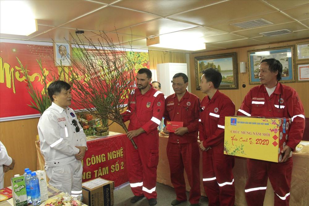 Lãnh đạo PVN tặng quà cán bộ công nhân lao động trên giàn khoan. Ảnh: CĐ DK