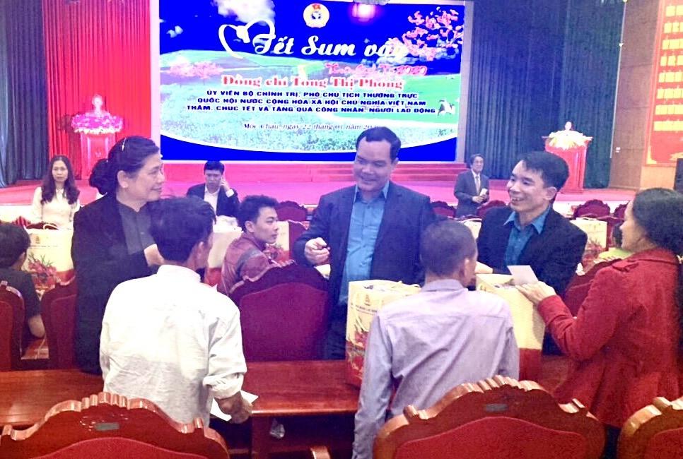 Các đồng chí Tòng Thị Phóng và Nguyễn Đình Khang ân cần thăm hỏi, động viên CNLĐ tỉnh Sơn La. Ảnh: N.H