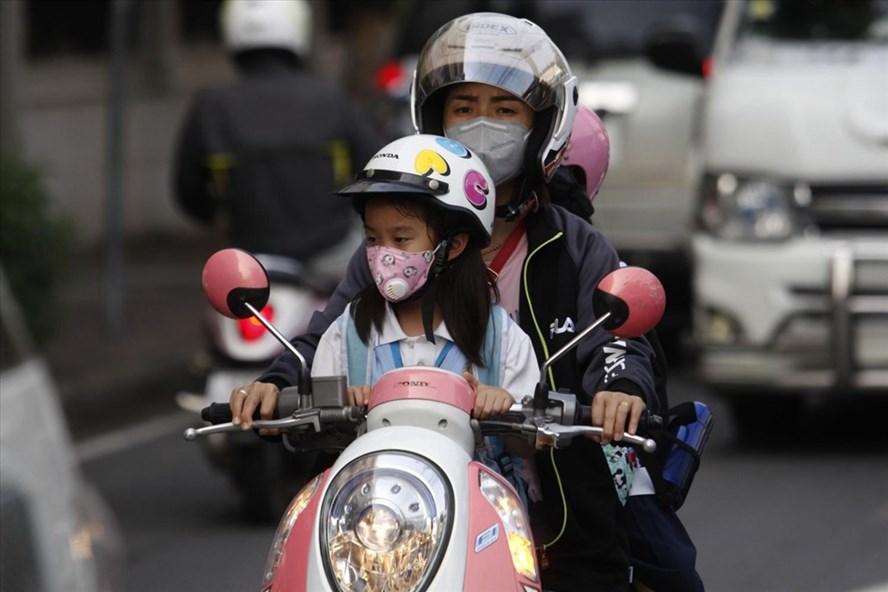 Mặt nạ chống bụi siêu mịn PM2.5 được người dân sử dụng khi mức ô nhiễm không khí vượt quá ngưỡng an toàn ở Thái Lan. Ảnh: Bangkok Post