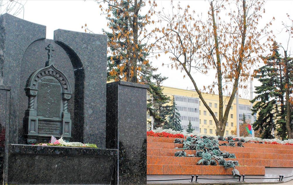 Bia tưởng niệm các nạn nhân tử nạn luôn được đặt hoa tươi.