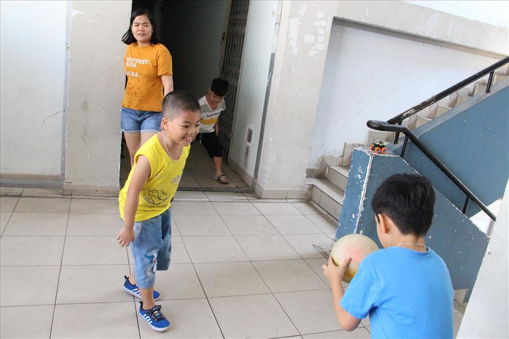 Ngoài cầu thang, những đứa trẻ sinh ra ở Bình Dương vui chơi trong khi bố mẹ chuẩn bị cho cái Tết xa quê. Ảnh: Đình Trọng.