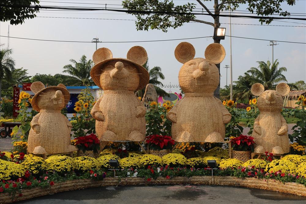 Gia đình chuột được trang trí trong đường hoa TP Cao Lãnh. Ảnh: LN