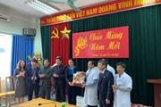 Công đoàn Y tế Việt Nam tặng quà cán bộ y tế trực Tết