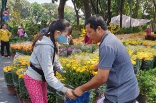 Nườm nượp cảnh mua bán hoa trưa 30 Tết ở TPHCM