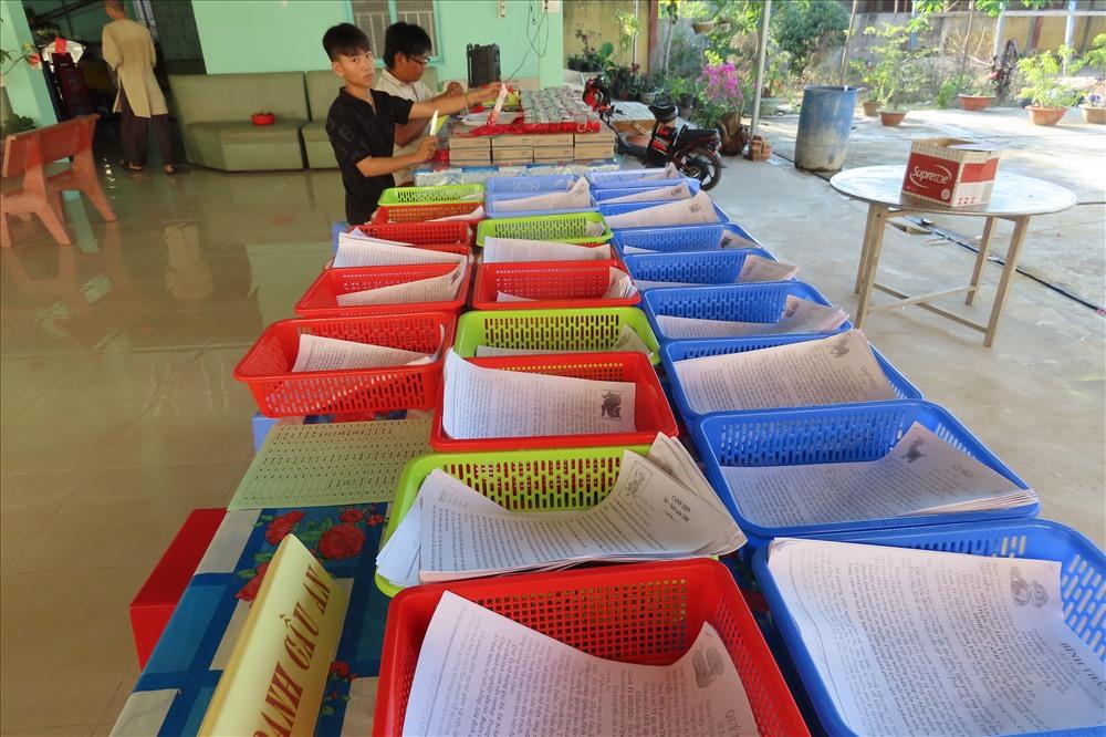 Những tấm giấy tử vi từng tuổi được các sư thầy soạn sẵn lên bàn cho mọi người dễ tìm thấy. Ảnh: S.H