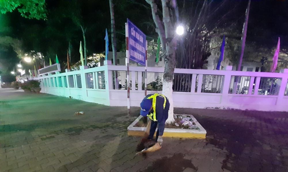 Từ công viên rộng lớn đến những gốc cây nhỏ cũng được người công nhân vệ sinh quét dọn kỹ lưỡng. Ảnh: PT