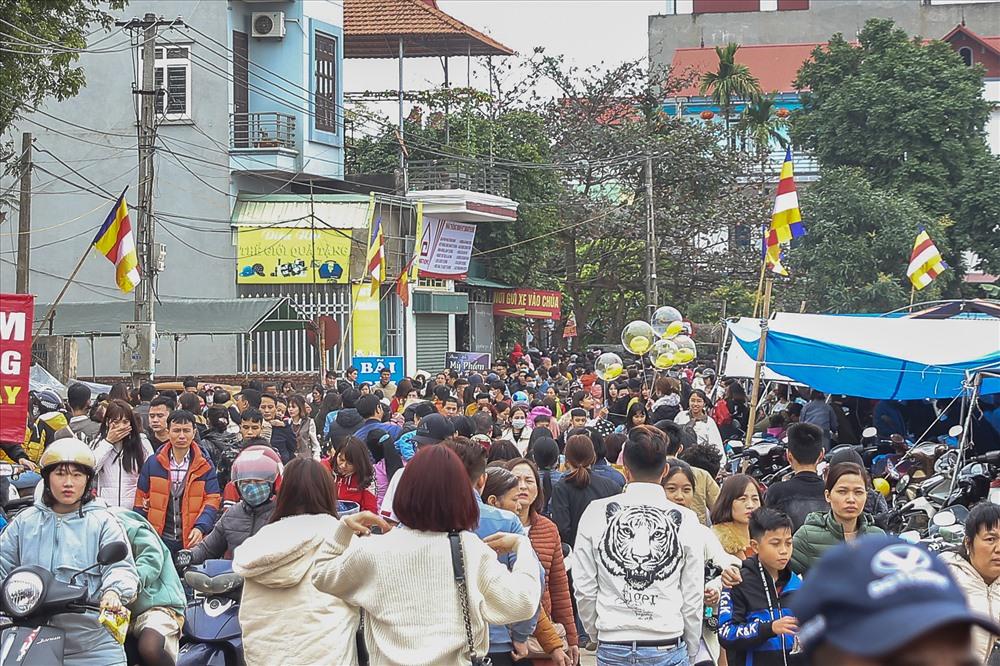 Hàng ngàn du khách từ khắp các nơi đổ về chùa Nôm vào ngày mùng 3 Tết Canh Tý.