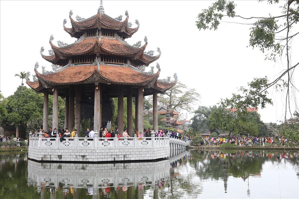 Nằm ngay chính giữa khuôn viên chùa là Lầu Quan Âm được xây dựng giữa lòng hồ, tượng trưng cho đài sen đang nở rộ.
