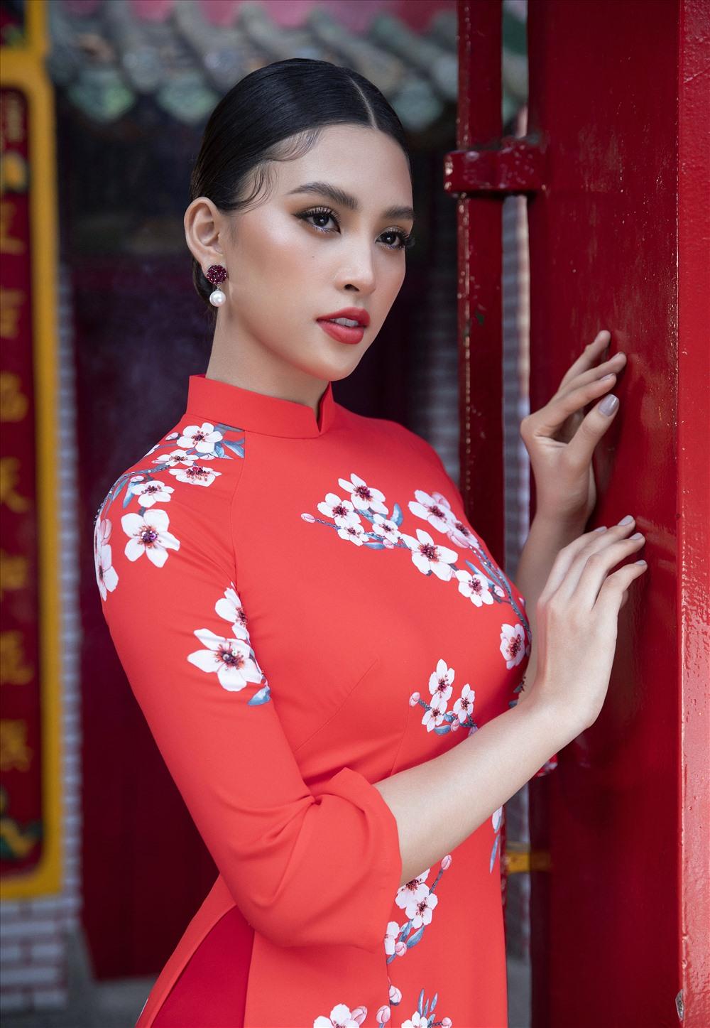 Hoa hậu Tiểu Vy đã diện trang phục áo dài truyền thống để hưởng ứng không khí rộn ràng cận kề ngày Tết. Ảnh: Lê Thiện Viễn.