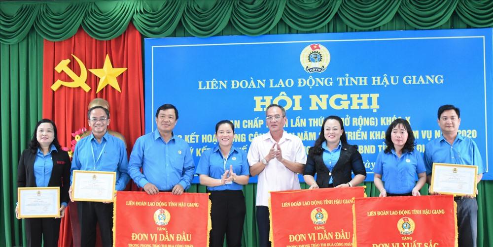 Trao Bằng khen và cờ thi đua xuất sắc cho các đơn vị trong phong trào thi đua CNVCLĐ và hoạt đồng Công đoàn năm 2019. Ảnh: Thành Nhân.