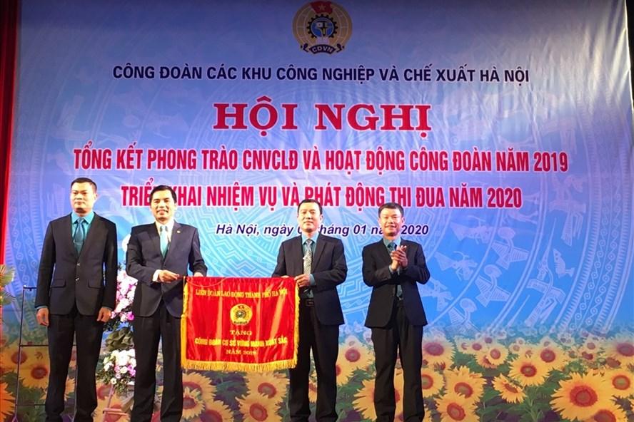 Công đoàn các Khu công nghiệp và chế xuất Hà Nội nhận Cờ thi đua 2019 của Liên đoàn Lao động Thành phố Hà Nội. Ảnh: T.E.A