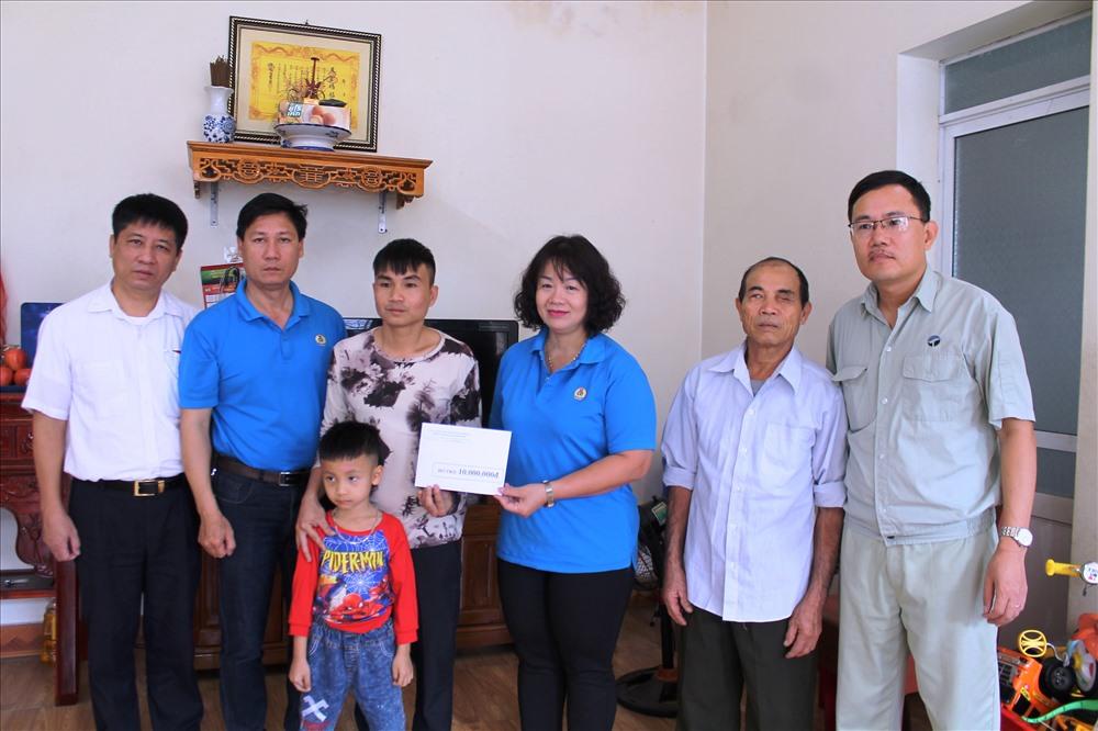 Công đoàn Khu kinh tế Hải Phòng trao trợ cấp 10 triệu đồng tặng gia đình công nhân tử vong do tai nạn giao thông. Ảnh Mai Dung