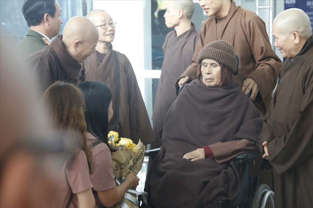 Trong bộ áo nâu sòng, đội mũ len, thiền sư xuất hiện trên chiếc xe lăn, mỉm cười đáp lại lời chào của phật tử.