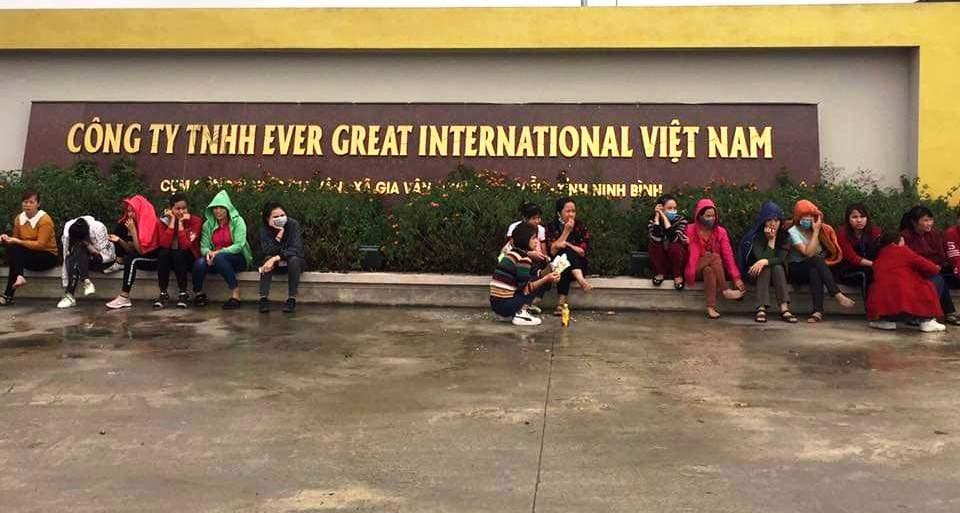 Công nhân đồng loạt nghỉ việc tập trung trước cổng Công ty TNHH Ever Great International Việt Nam. Ảnh: NT