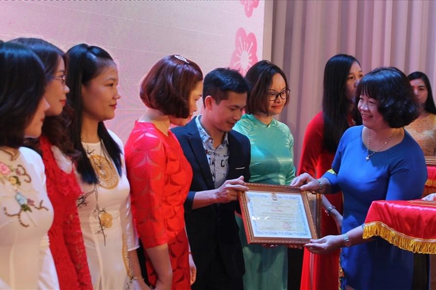 Chủ tịch Công đoàn Khu kinh tế Hải Phòng trao giấy khen tặng các tập thể có thành tích xuất sắc năm 2019. Ảnh Mai Dung