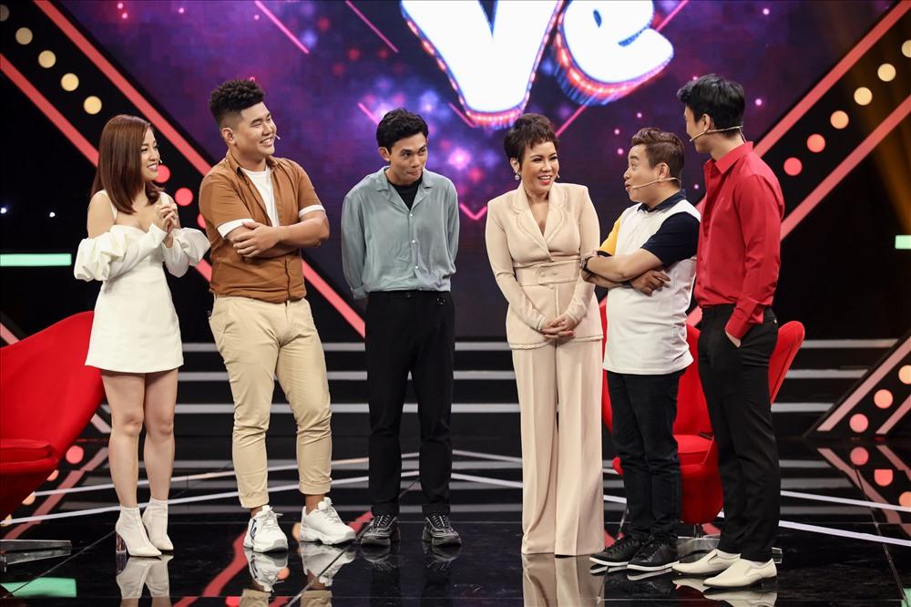 Nhiều đàn em dù bận rộn nhưng vẫn có mặt khiến Việt Hương xúc động. Ảnh: NSX.