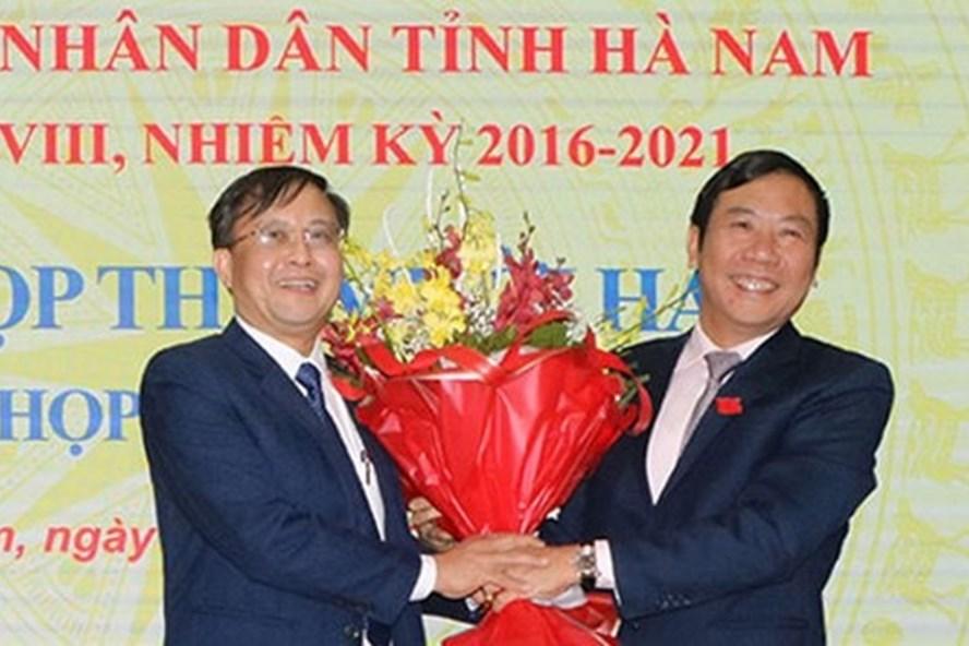 Chủ tịch HĐND tỉnh Hà Nam Phạm Sĩ Lợi chúc mừng ông Nguyễn Đức Vượng (bên trái). Ảnh: VGP.