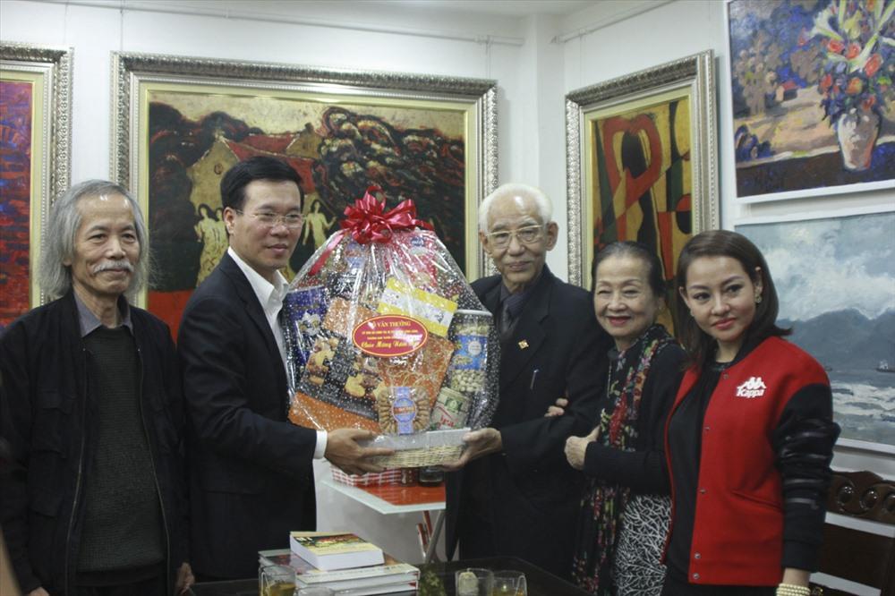 Trưởng Ban Tuyên giáo Trung ương Võ Văn Thưởng tặng quà, chúc Tết gia đình họa sĩ Trần Khánh Chương. Ảnh T.Vương