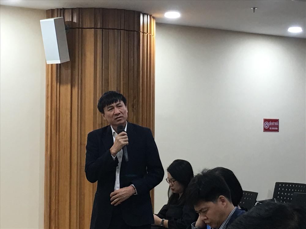 Ông Lê Đình Quảng - Phó trưởng ban Quan hệ Lao động Tổng Liên đoàn trao đổi về lương, thưởng Tết. Ảnh: T.E.A